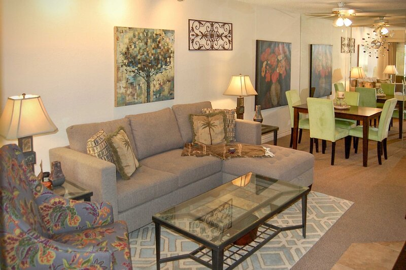NEW! Couples Retreat: Resort Pool, Patio, Hot Tub!, casa vacanza a North Palm Springs