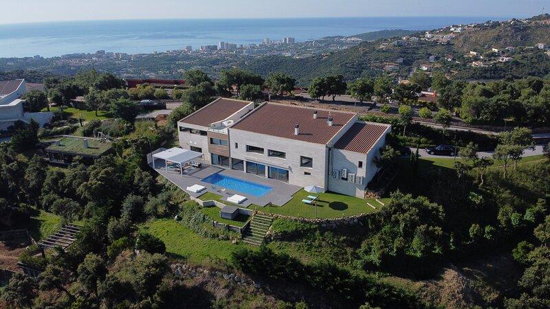 Villa de lujo de 1.000m2 y 3.400m2de jardín situada en Castell-Platja d'Aro, holiday rental in Platja d'Aro