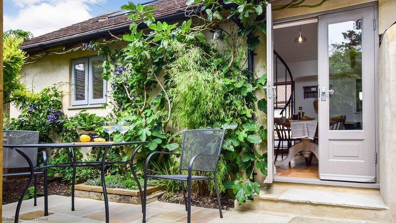 Hayloft at Walnut Farm, Bagpath sleeps 2 guests  in 1 bedroom, vacation rental in Uley