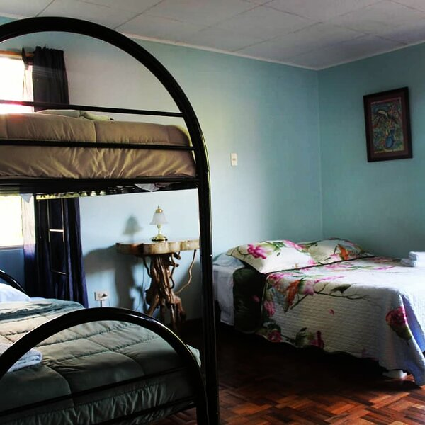 Habitación Familiar deluxe  Con baño Privado, vacation rental in Province of Cartago
