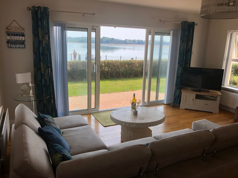 Immaculate 3-Bed Apartment in Dundrum Co Down, location de vacances à Killough