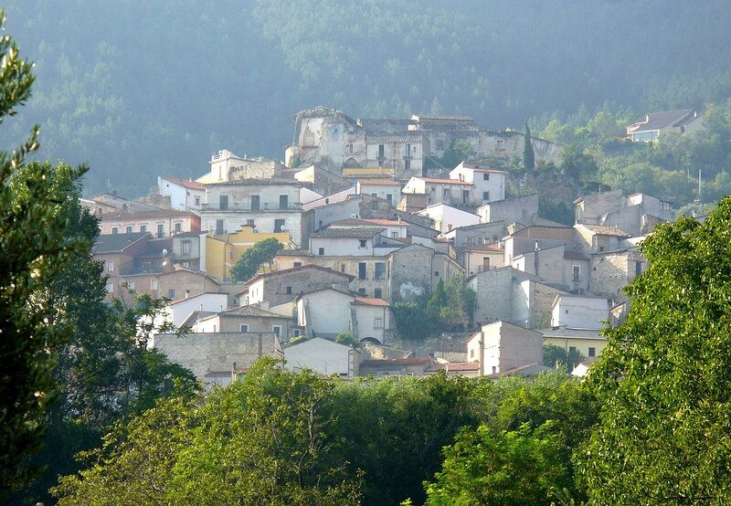 Sunny house overlooking the piazza in one of the prettiest villages in Italy, casa vacanza a Scanno