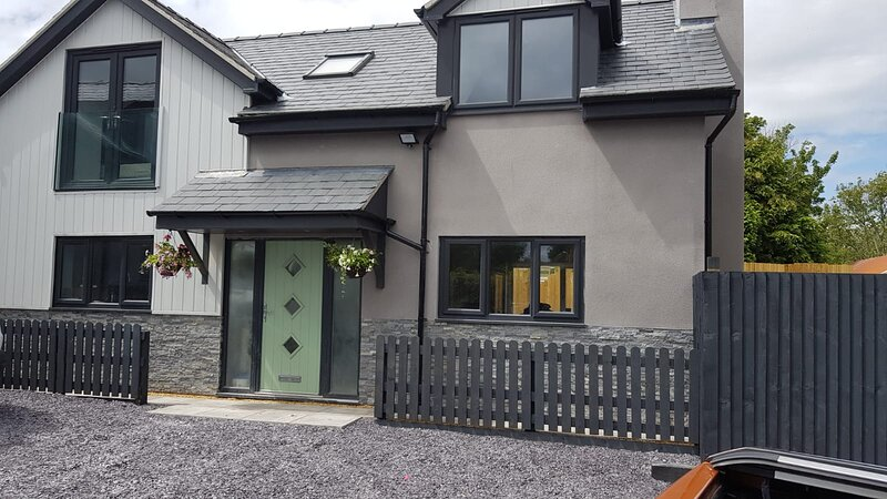 Luxury Holiday Cottage in the Coast town of Benllech on the Isle of Anglesey, vacation rental in Brynteg