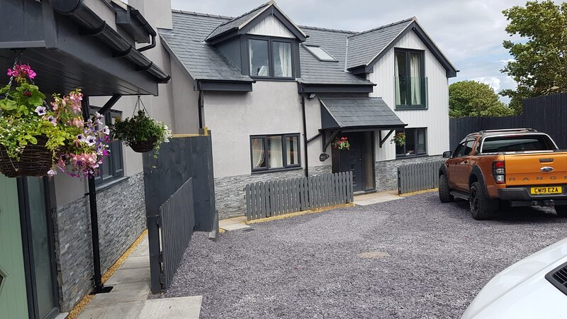 Luxury Holiday Cottage in the Coast town of Benllech on the Isle of Anglesey, vacation rental in Benllech