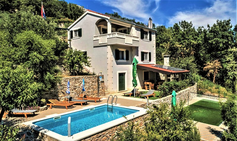 'Villa Eagle' - isolated piece of your own paradise, heated pool, badminton, alquiler de vacaciones en Omis