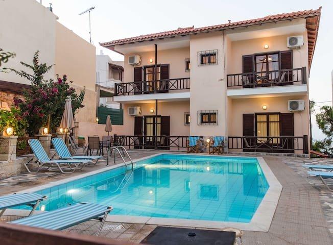 New Rousospiti VillaIdeal Holiday House! up to 22, aluguéis de temporada em Roussospiti