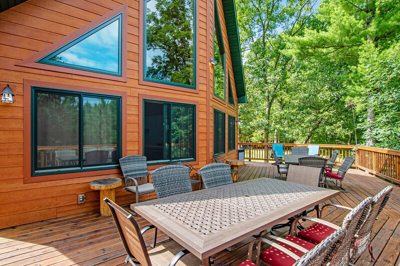 Gorgeous home w/ shared docks and lake access - spacious deck and firepit!, holiday rental in Adams