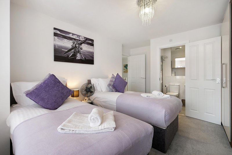 SL OX 28 - Oxlade Serviced House with 3 Bedrooms, 6 Single Beds, holiday rental in Slough