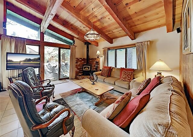 Chateau Sans Nom #12: Balcony, Pool & Hot Tub – Near Shuttle, Walk to Dining, holiday rental in Mammoth Lakes