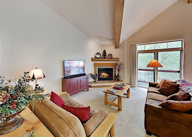Spacious Condo on Blue River with Water-View Balcony - Near Ski Resorts, holiday rental in Silverthorne