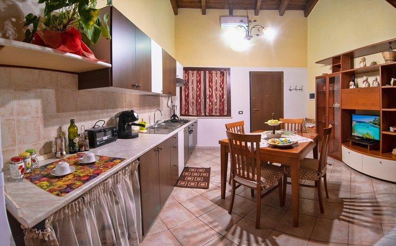 Casa vacanze per 5 pers.: due camere letto Ampio Bagno cucina-sogiorno veranda, location de vacances à Dolianova