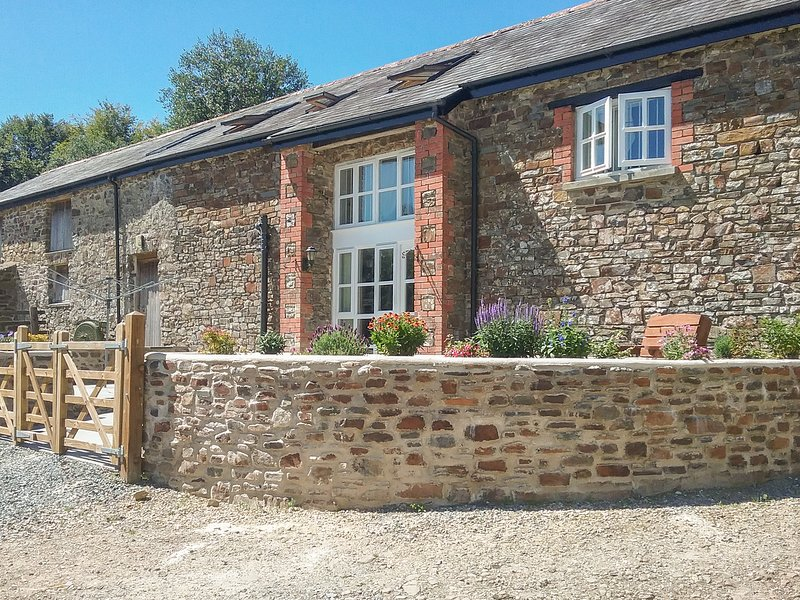 WEST BOWDEN FARM, barn conversion on a sheep farm, all bedrooms with TVs and, vacation rental in Knowstone