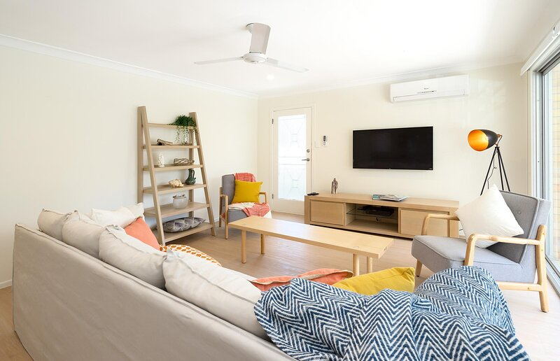 3 Bedroom Apartment Minutes from Main Beach, holiday rental in Biggera Waters