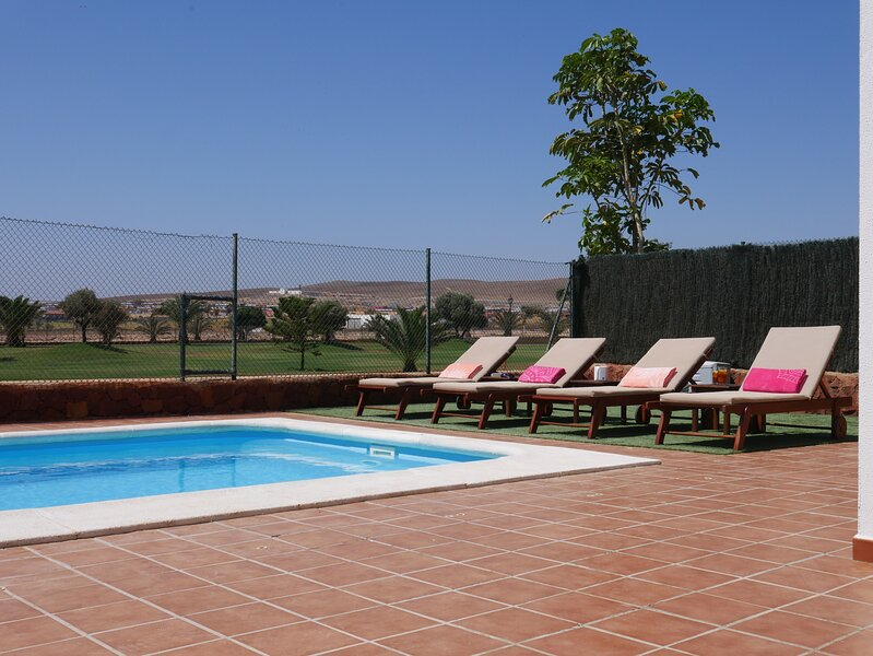 Villa Grace - Stylish Family 4 bed heated pool, location de vacances à Pozo Negro