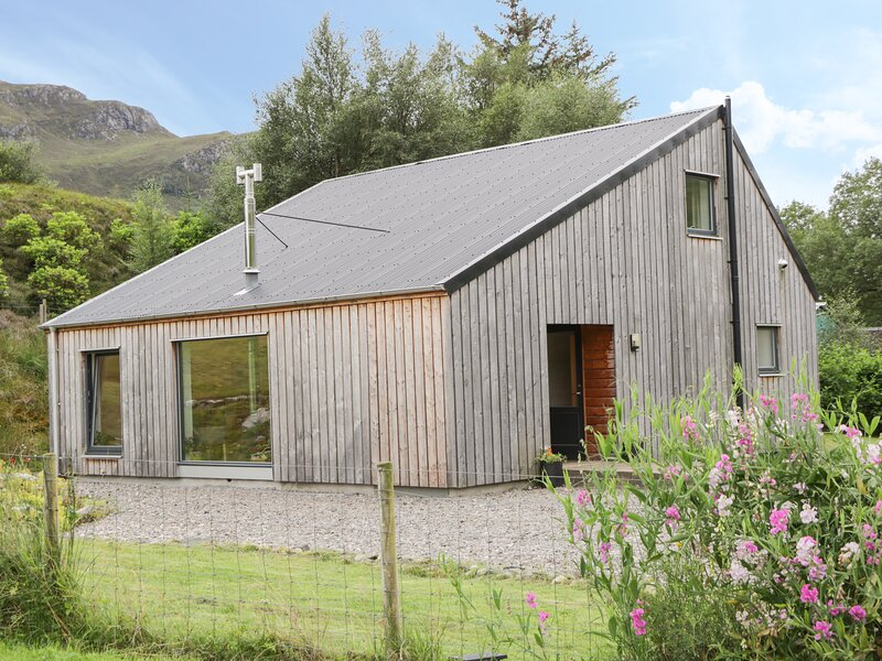 HIGHLAND SHORES, detached, eco-friendly, woodburner, WiFi, near Loch Long and, vacation rental in Drumbuie