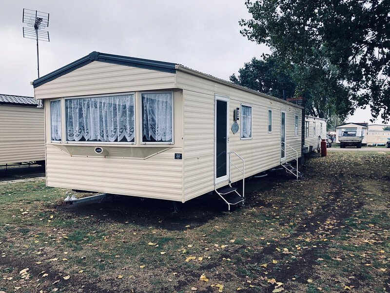 8 berth caravan for hire near Clacton on Sea in Essex ref 26287E, vacation rental in Frinton-On-Sea