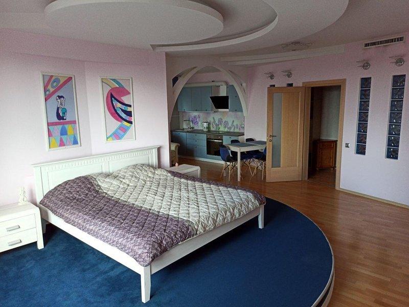 Modern 2-bedroom apartment in the heart of Minsk, alquiler vacacional en Minsk