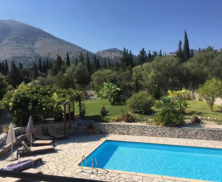 Villa Suva: Beautiful Villa With Private Pool & Gardens, Sea & Mountain Views, aluguéis de temporada em Agia Efimia