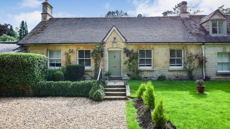 Lakeside House - Dating back to the 19th-century and overlooking the grounds of, holiday rental in Colesbourne