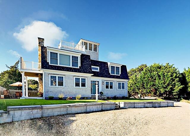 New Seaside Retreat w/ Water Views, Roof Deck & Private Beach Access, location de vacances à West Hyannisport