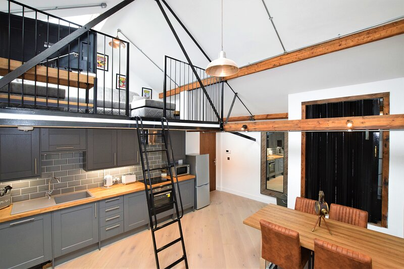 Your Apartment The Loft #11, alquiler de vacaciones en Kingswood