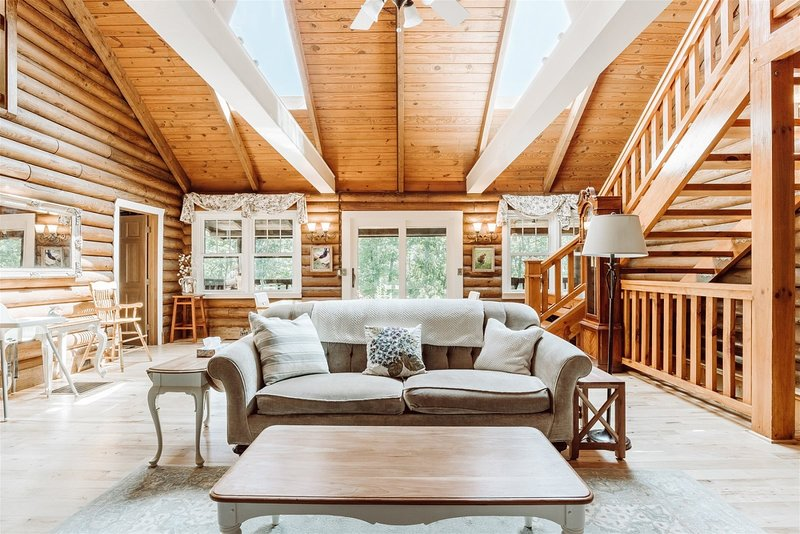 Luxury Log Cabin on 5 Private Acres, 7 minutes to downtown Outdoor Fireplace, po, holiday rental in Greer