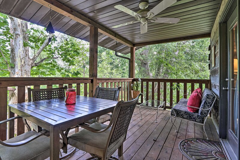 NEW! Smoky Mtn Retreat on River w/ Fire Pit & Deck, vacation rental in Townsend