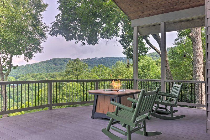 NEW! Bright Wolf Laurel Cottage w/ Mtn View & Deck, holiday rental in Flag Pond