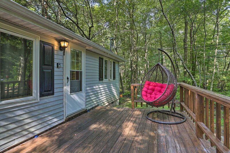 NEW! N Arrowhead Lake Cabin w/ Deck, Pets Welcome!, holiday rental in Thornhurst
