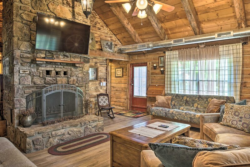 NEW! Rustic Log Cabin < 1 Mile to Table Rock Lake!, vacation rental in Eagle Rock