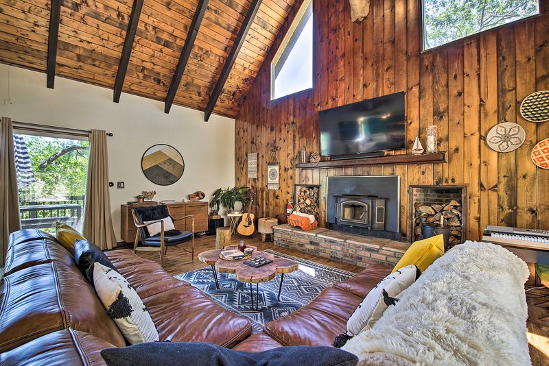 Contemporary Cabin Hiking, Mountain Biking, Skiing, holiday rental in Victorville