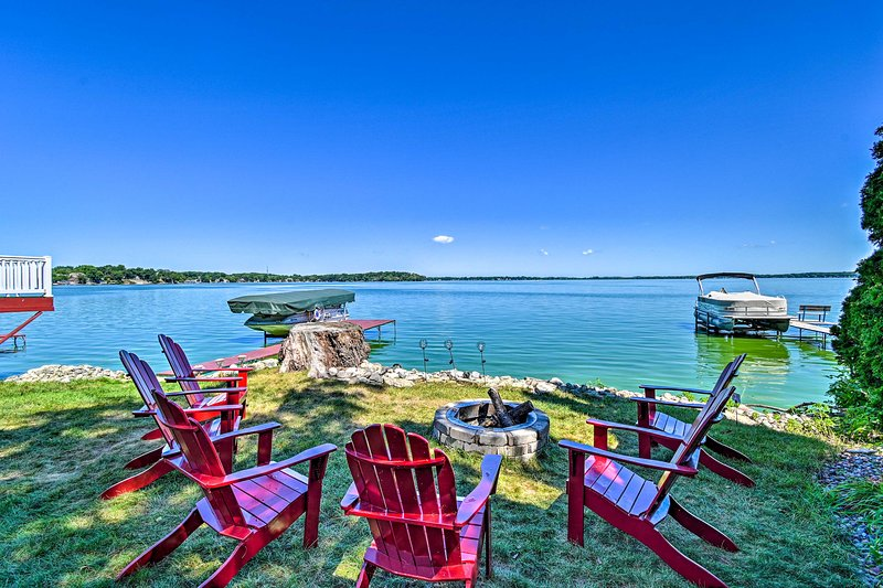 NEW! Kegonsa Lake & Boat House with Outdoor Oasis!, alquiler de vacaciones en Madison