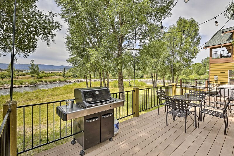 NEW! Tranquil Riverfront Cabin: Fish, Hike & Ski!, holiday rental in Hot Sulphur Springs