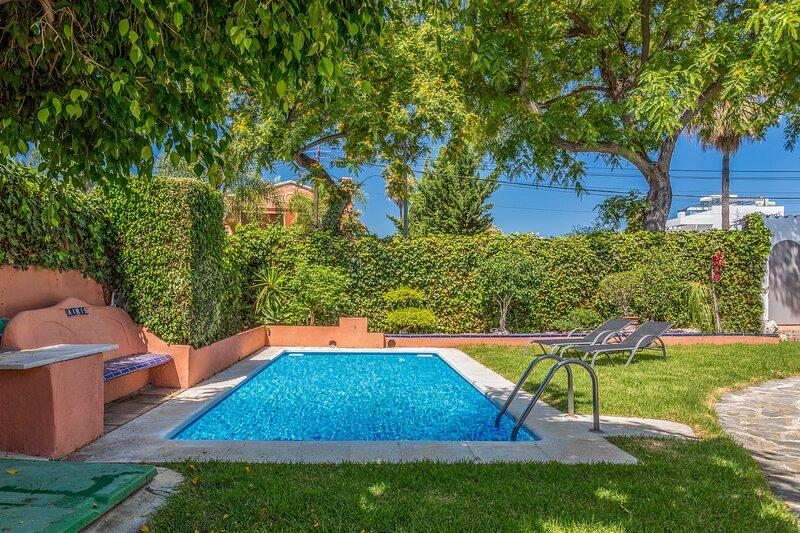 Beachside Villa in San Pedro With Private Pool, alquiler de vacaciones en San Pedro de Alcántara