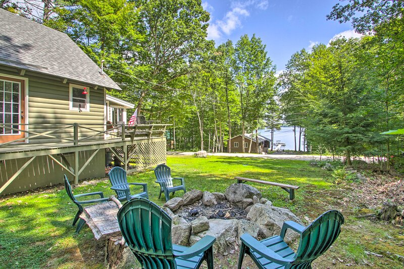 Casco Cabin on Thompson Lake w/ Fire Pit & Deck, alquiler de vacaciones en Casco