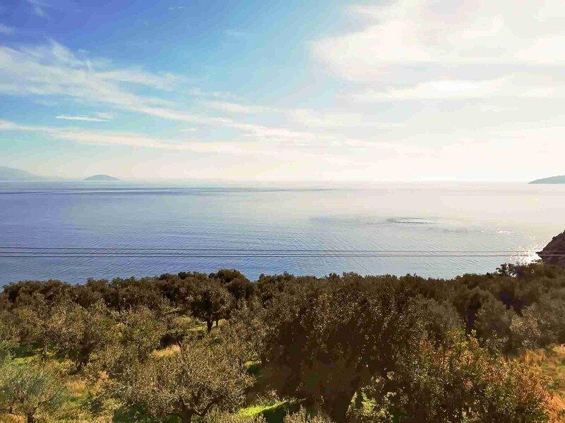 Charming Villa Amidst Olive Trees With Sea Views, location de vacances à Kiveri