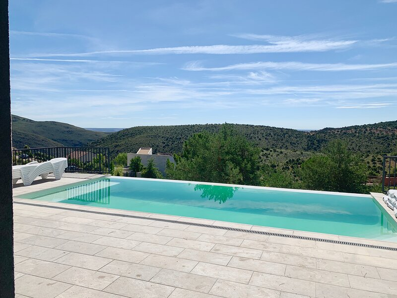 CASA INDEPENDIENTE CON PISCINA, IMPRESIONANTES VISTAS A LA MONTAÑA, holiday rental in Pradena del Rincon