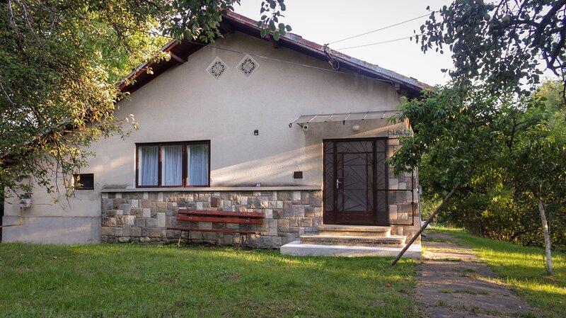 Casa rurala (Valea Prahovei) cu livada si padurice, location de vacances à Slanic