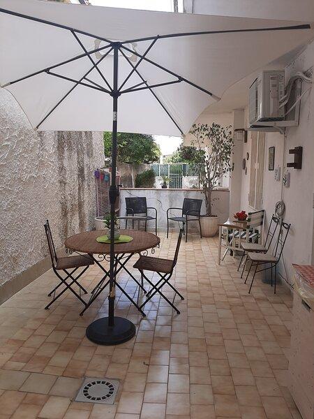 A casa di Peppe intero appartamento con patio privato, location de vacances à Acitrezza