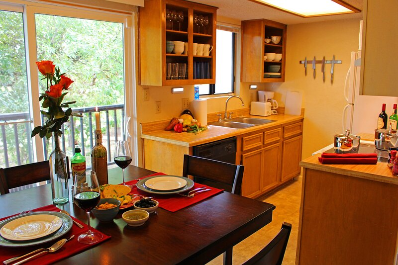 Pecan Place Suite C- 15 min to DT austin + airport, vacation rental in Webberville