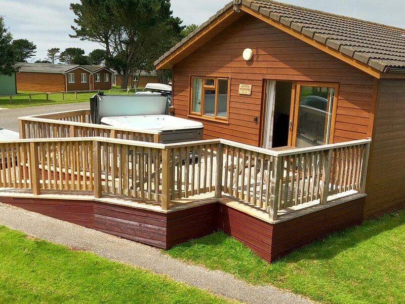 Rafiki Luxury Lodge - with Hot Tub, holiday rental in St Merryn
