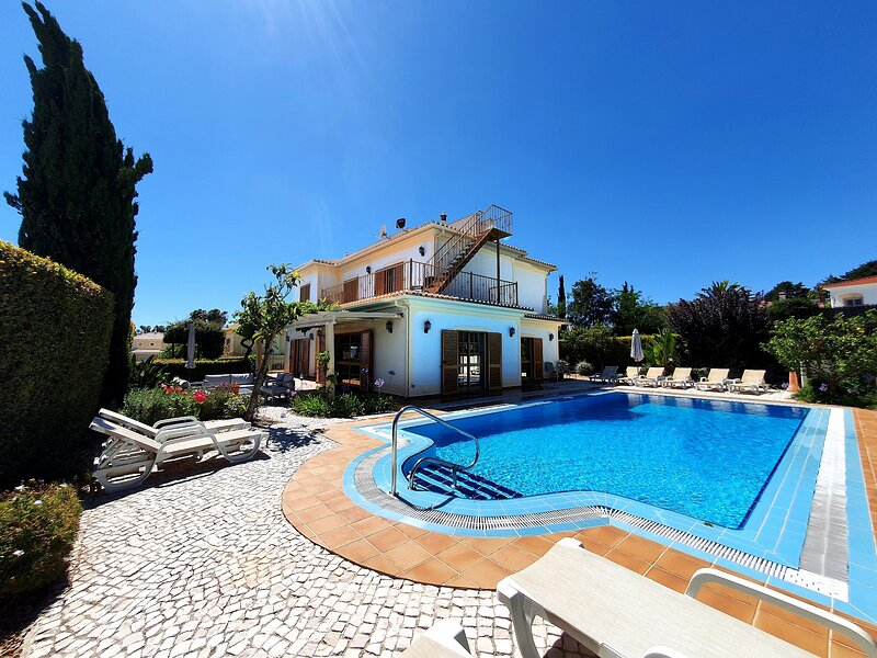 Vila Videira, a gem of a holiday villa in Algarve!, aluguéis de temporada em Porches