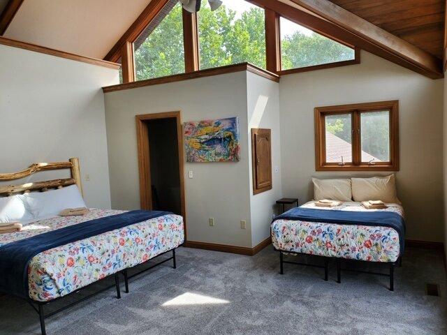 Hilltop Retreat (5 BR + sleeps 8 in rec room) Indoor Pool, location de vacances à Sugar Grove