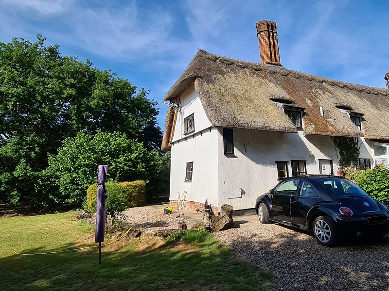 Meadow View 2 bed thatched cottage with large private garden, holiday rental in Takeley