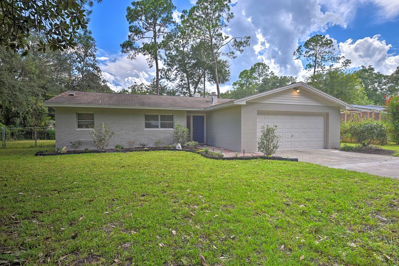 NEW! Contemporary Home ~ 1.2 Miles to UF's Campus!, holiday rental in Gainesville