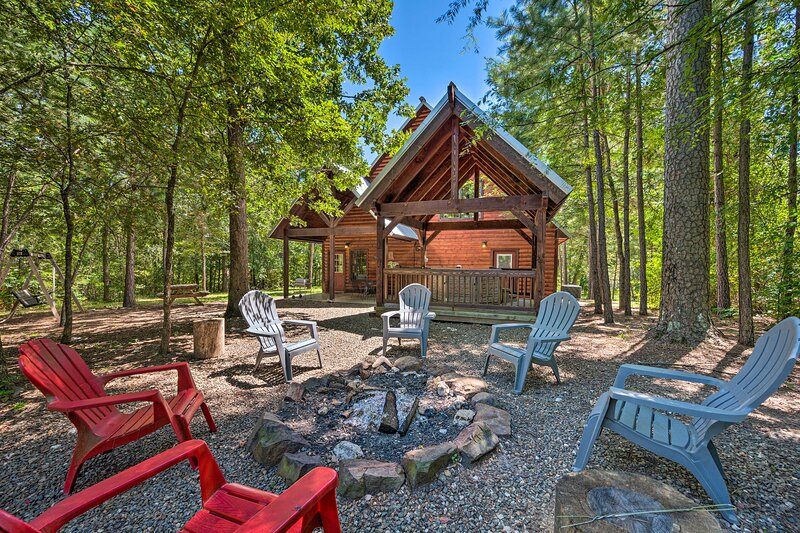 Cabin w/ Games & Hot Tub, 4 Mi to Beavers Bend!, vacation rental in Hochatown