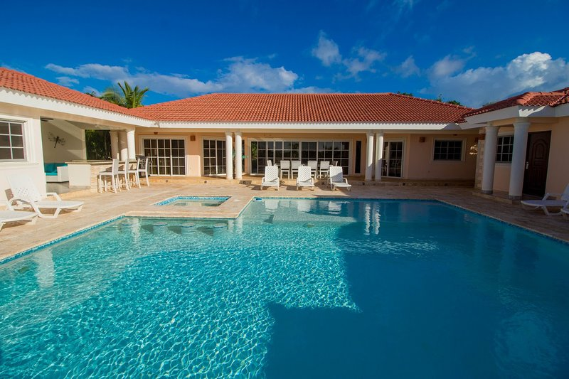 6 BED. VILLA WITH POOL, JACUZZI, KITCHEN & BBQ, vacation rental in Sosua