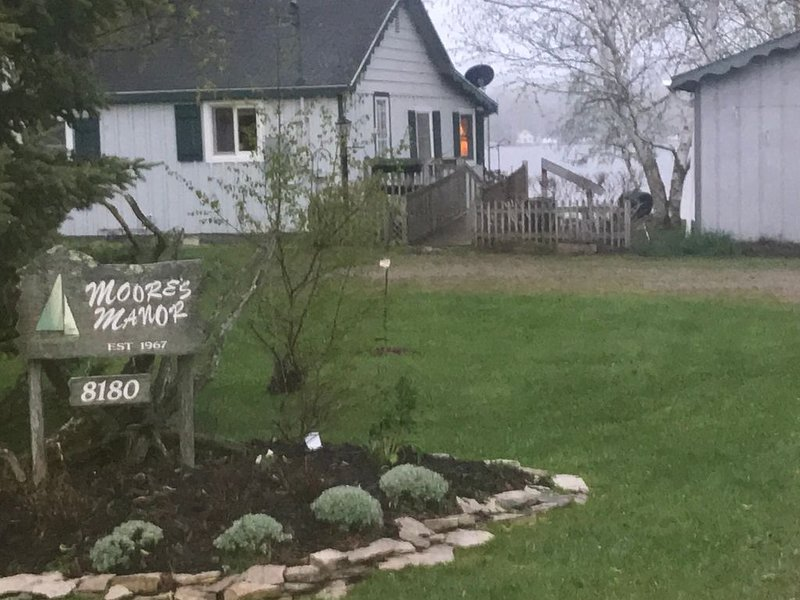 Lake front cottage UpNorth Pickerel Lake, MI-Pet friendly, dock, firepit, deck, location de vacances à Alanson