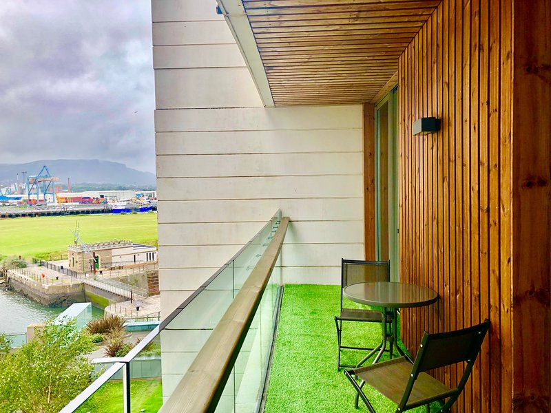 CK Serviced Apartments - Luxury 3 bed apartment in Titanic Quarter, vacation rental in Belfast