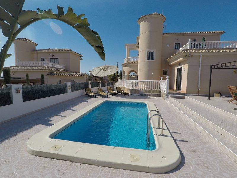 Villa RaySue - Large villa with private pool close to consum square area, location de vacances à San Fulgencio
